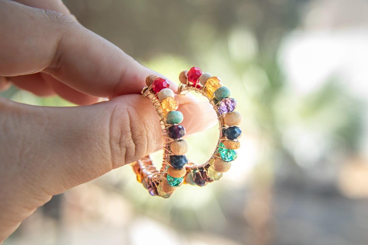Brinco de argola bordado com cristais coloridos e contas de madeira folheado em ouro 18k - B3C0054
