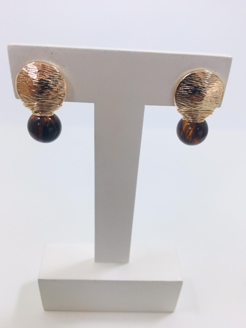 Brinco bordado com resina cor marrom folheado em ouro 18k - B3MN0020