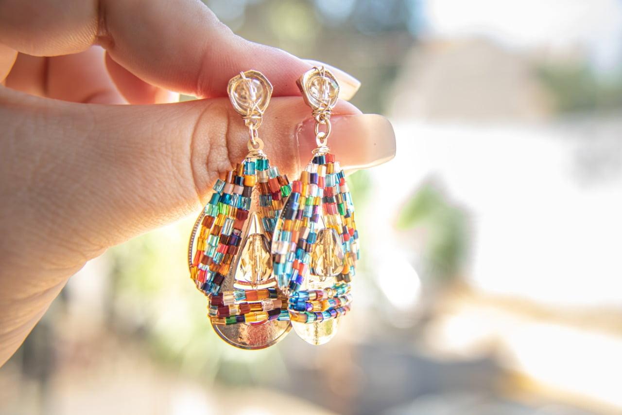 Brinco de borboleto  bordado com vidrilhos coloridos e cristal marrom folheado em ouro 18k - B3C0026