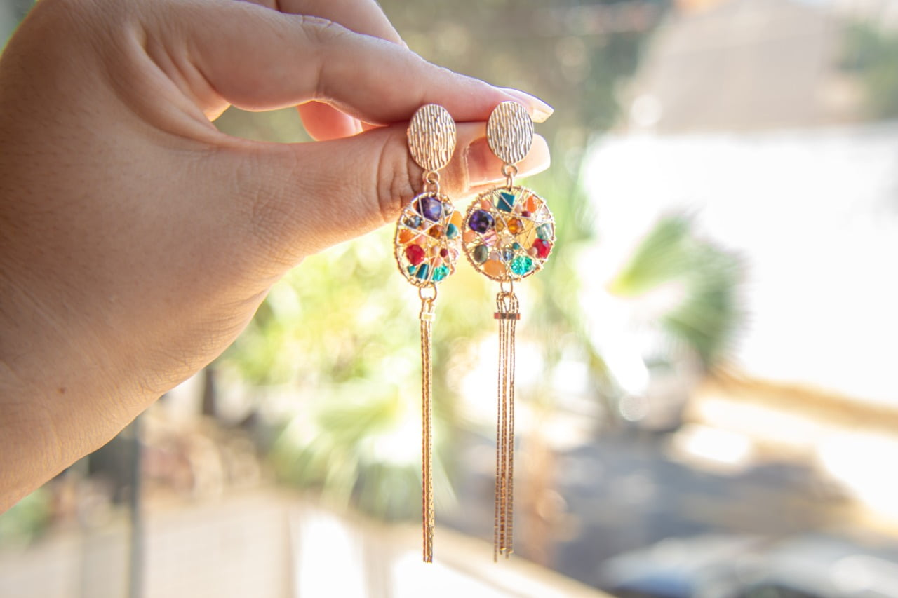 Brinco bordado com cristais coloridos, contas de vidro coloridas e corrente em ouro 18k - B3C0050