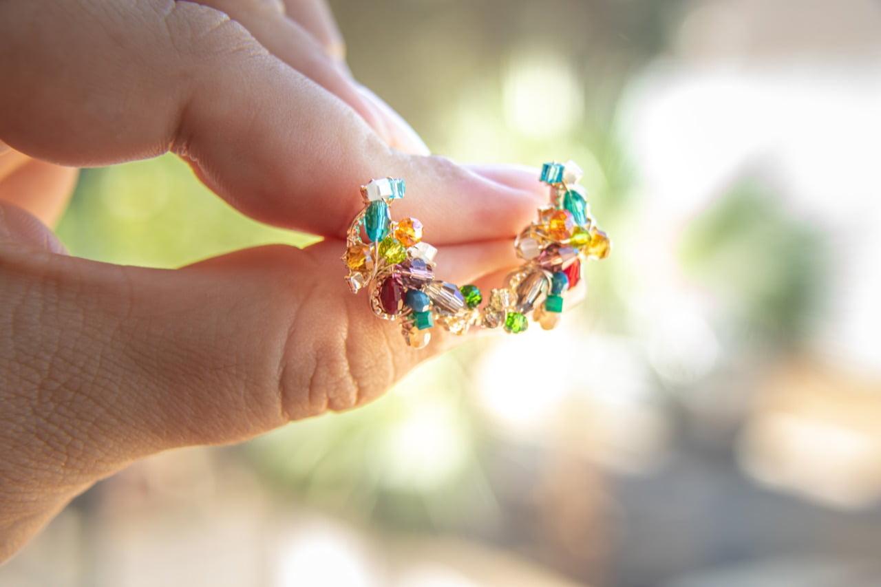 Brinco bordado com cristais coloridos e vidrilhos coloridos folheado em ouro 18k - B3C0025