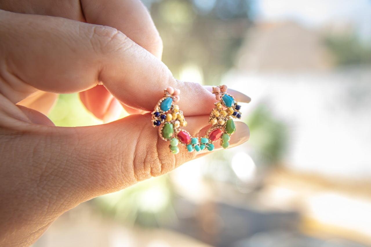 Brinco bordado com cristais coloridos e vidrilhos coloridos folheado em ouro 18k - B3C0037