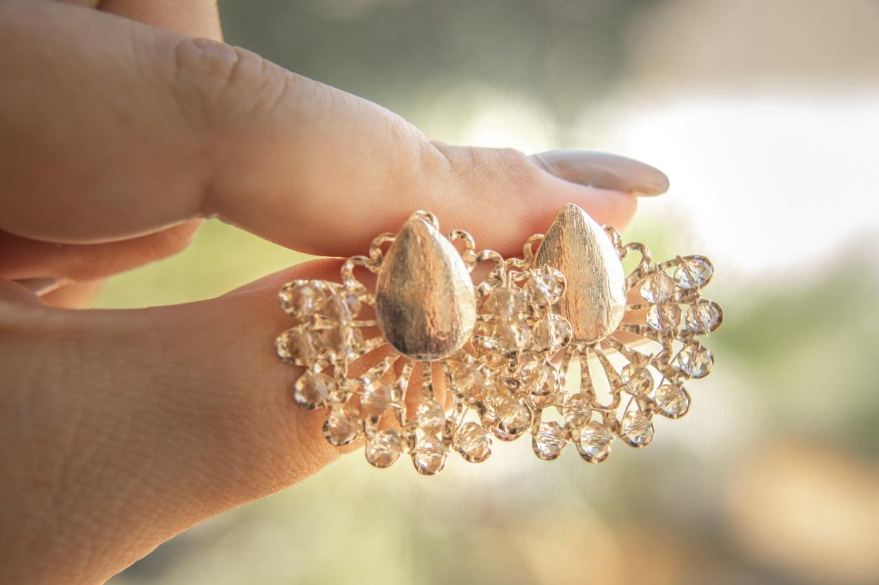 Brinco bordado com cristais nude folheado em ouro 18k - B3MN0029
