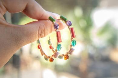 Brinco de argola bordado com cristais coloridos e contas de madeira folheado em ouro 18k - B3C0058