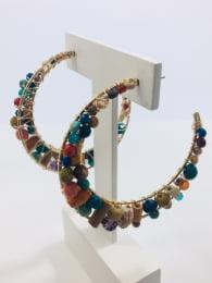 Brinco de argola bordado com cristais coloridos e contas de madeira folheado em ouro 18k - B3C0064