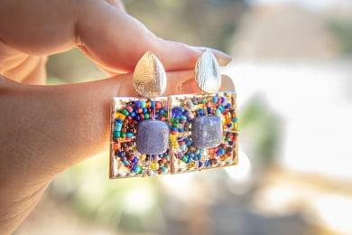 Brinco bordado com pedra natural quartzo azul e vidrilhos coloridos folheado em ouro 18k - B3C0017