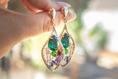 Brinco bordado com cristais coloridos e resina gota verde folheado em ouro 18k - B3C0021