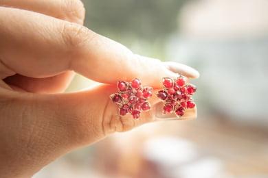Brinco bordado com cristais vermelho e strass folheado em ouro 18k - B3VM0005