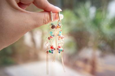 Brinco de borboleto  bordado com cristais coloridos e contas de madeira folheado em ouro 18k - B3C0008