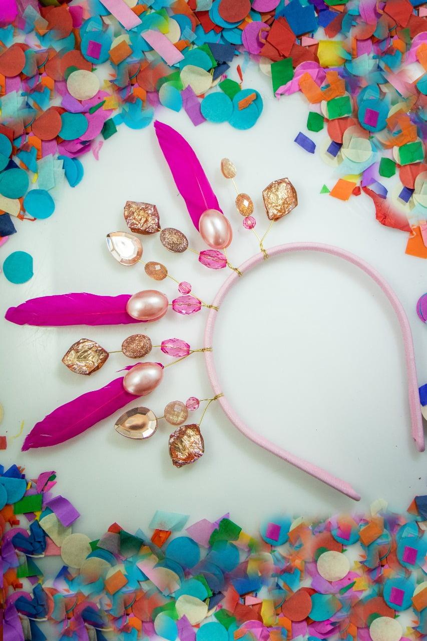 Tiara para carnaval, com penas, cristais e resinas tons rosa - TC0001