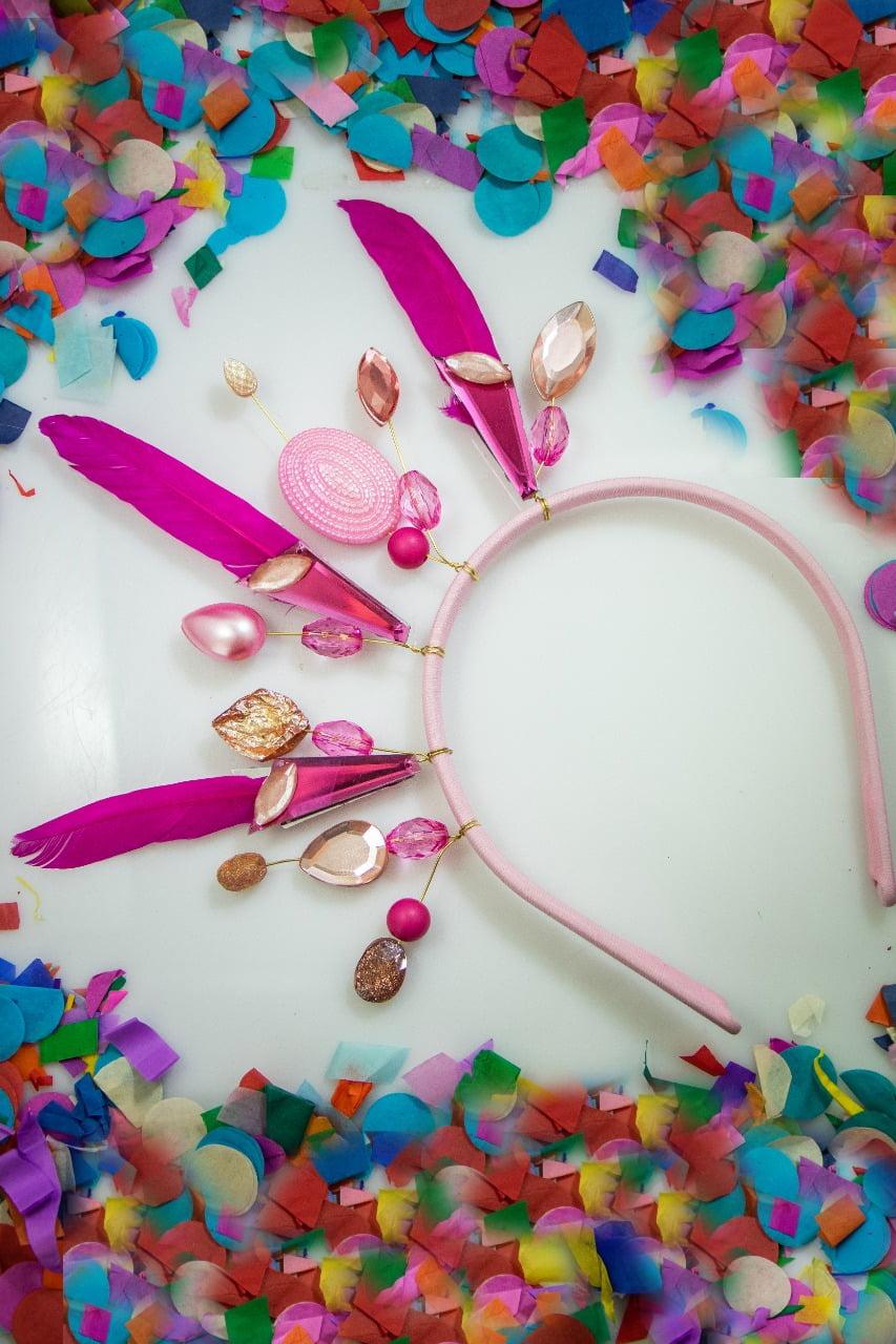 Tiara para carnaval, com penas, cristais e resinas tons rosa - TC0002