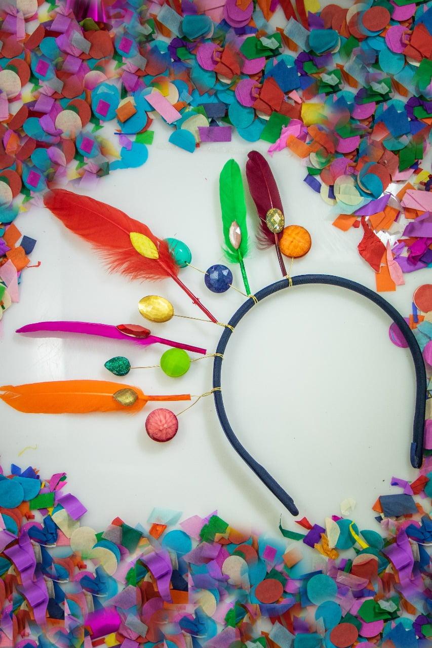 Tiara para carnaval, com penas e resinas de diversas cores - TC0003